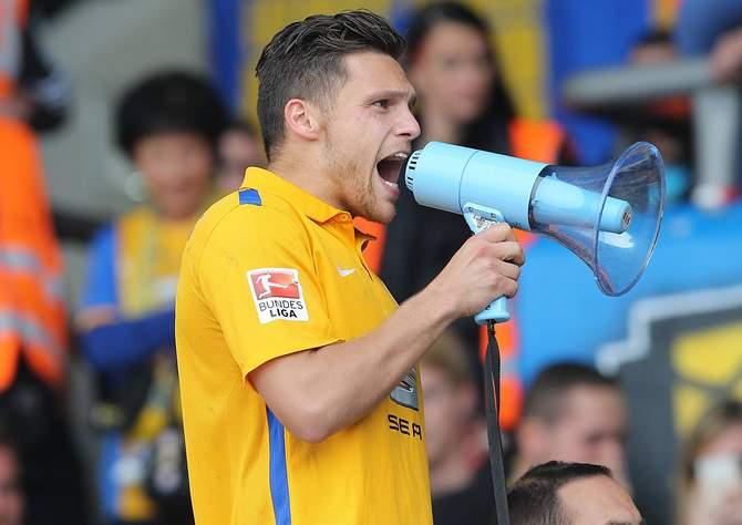 Mirko Boland jubelt per Megafon mit den Braunschweig Fans