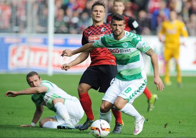 Fürths Jurgen Gjasula setzt sich gegen den Freiburger Amir Abrashi durch.