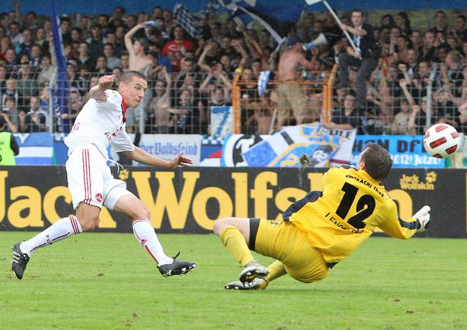 Marek Mintal erzielt ein Tor gegen Markus Pröll
