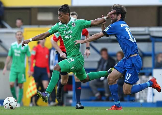 Rubin Okotie von 1860 München setzt sich gegen Paderborns Niklas Hoheneder durch.