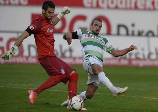 Veton Berisha will im Hinspiel Andre Weis blocken © Imago