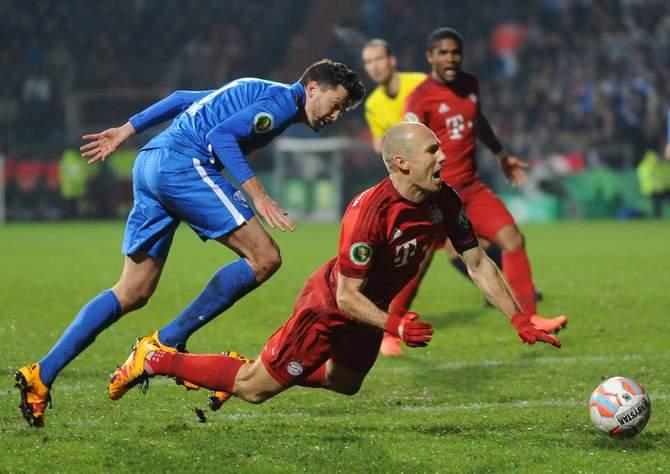 Arjen Robben Schwalbe gegen Jan Simunek im Pokal beim VfL Bochum