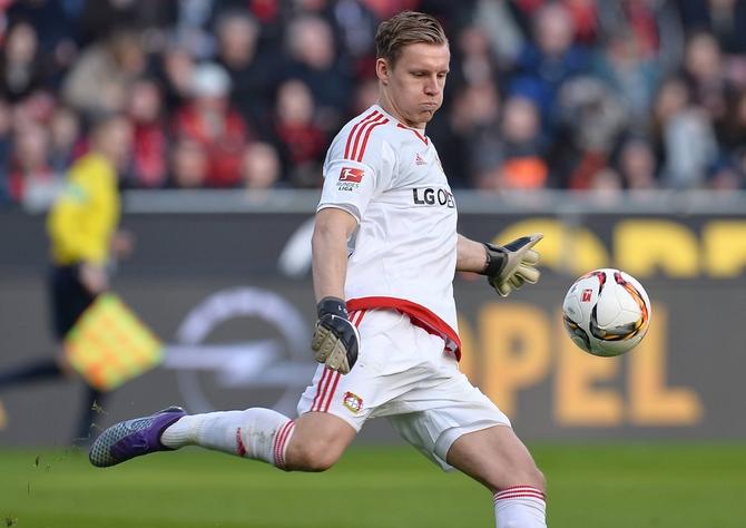 Bernd Leno von Bayer Leverkusen beim Abschlag