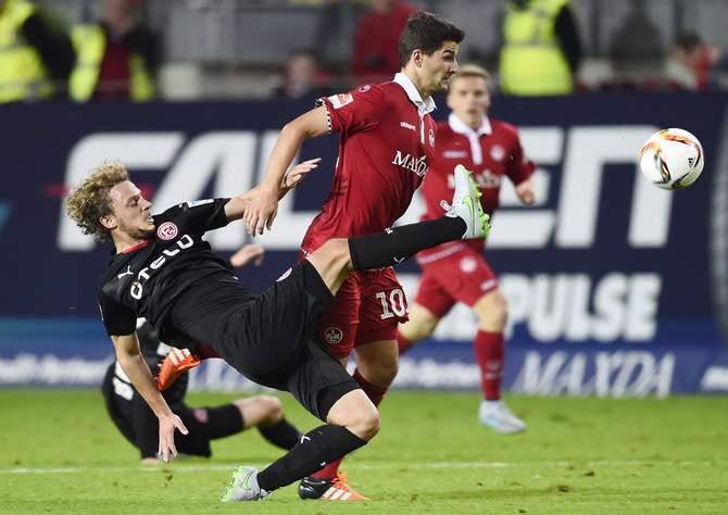 Julian Schauerte kämpft mit Lauterns Antonio Colak um den Ball. ©Imago