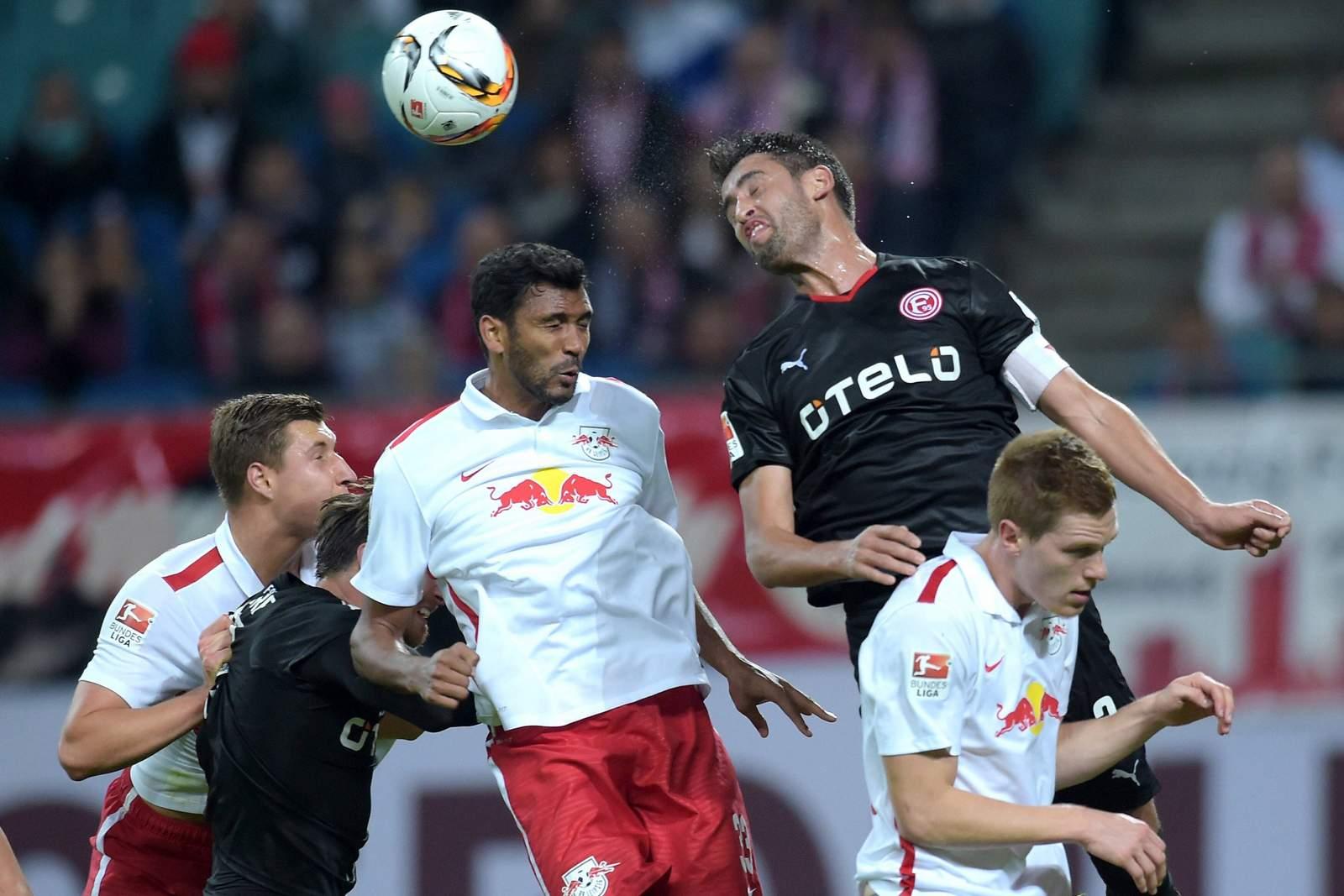 Gewinnt Haggui das Kopfballduell mit Compper? Unser Tipp: Red Bull Leipzig gewinnt gegen Düsseldorf