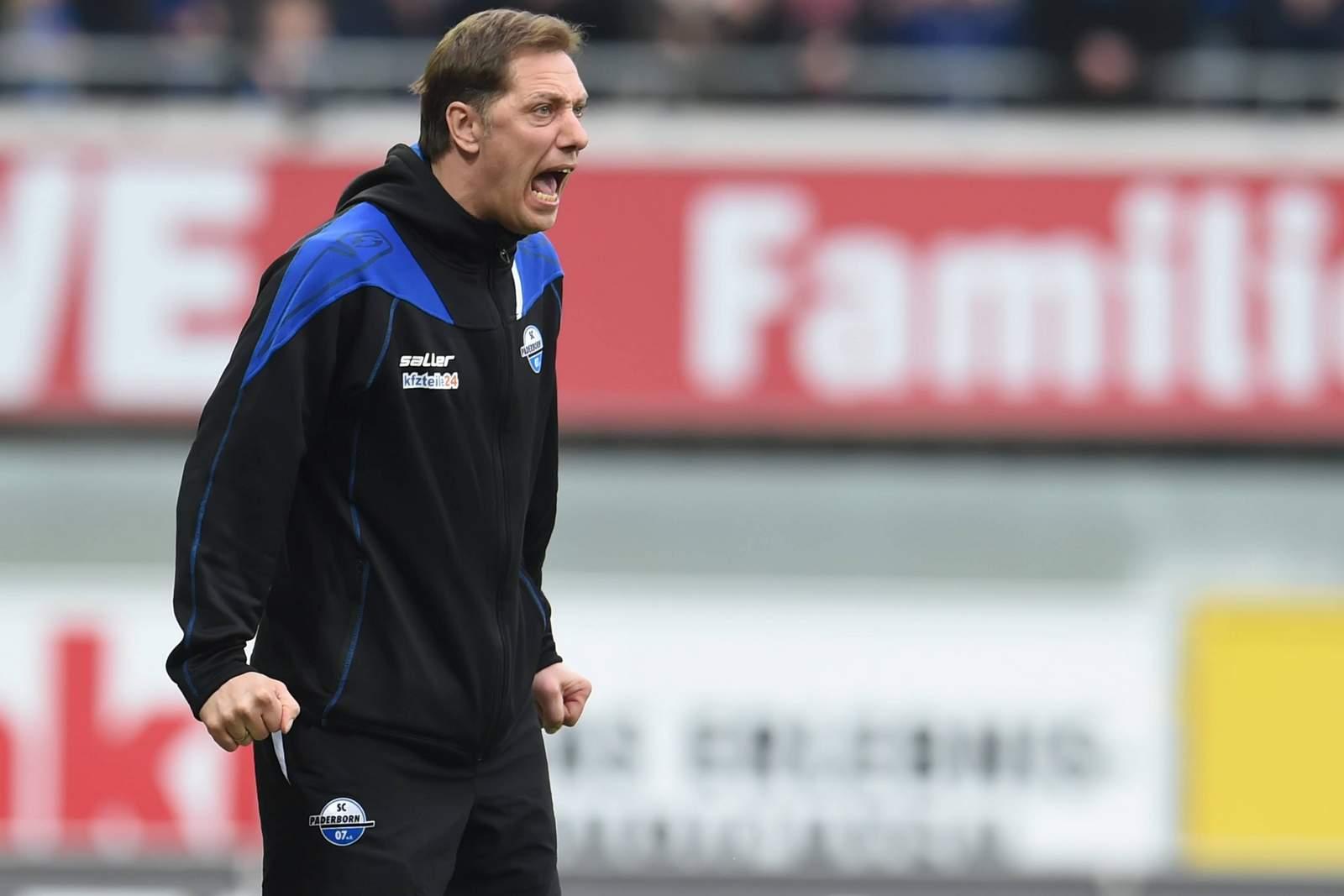 Voller Einsatz an der Seitenlinie: Paderborns Trainer René Müller.