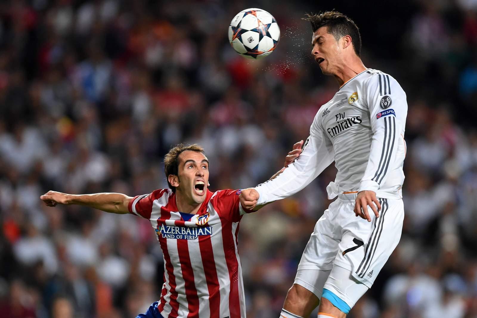 Kopfballduell zwischen Cristiano Ronaldo und Diego Godin.