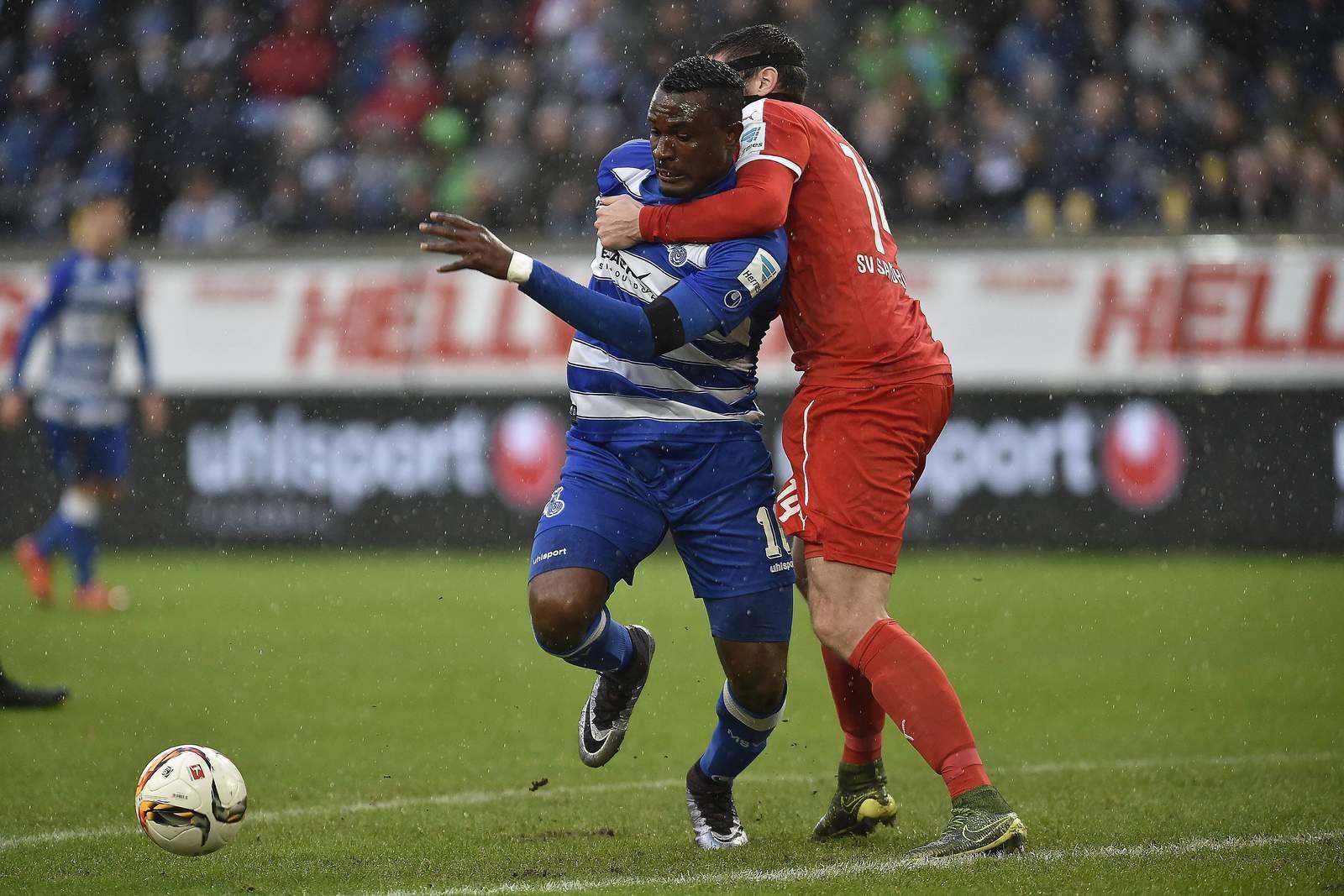 Kingsley Onuegbu vom MSV Duisburg im Klammergriff.
