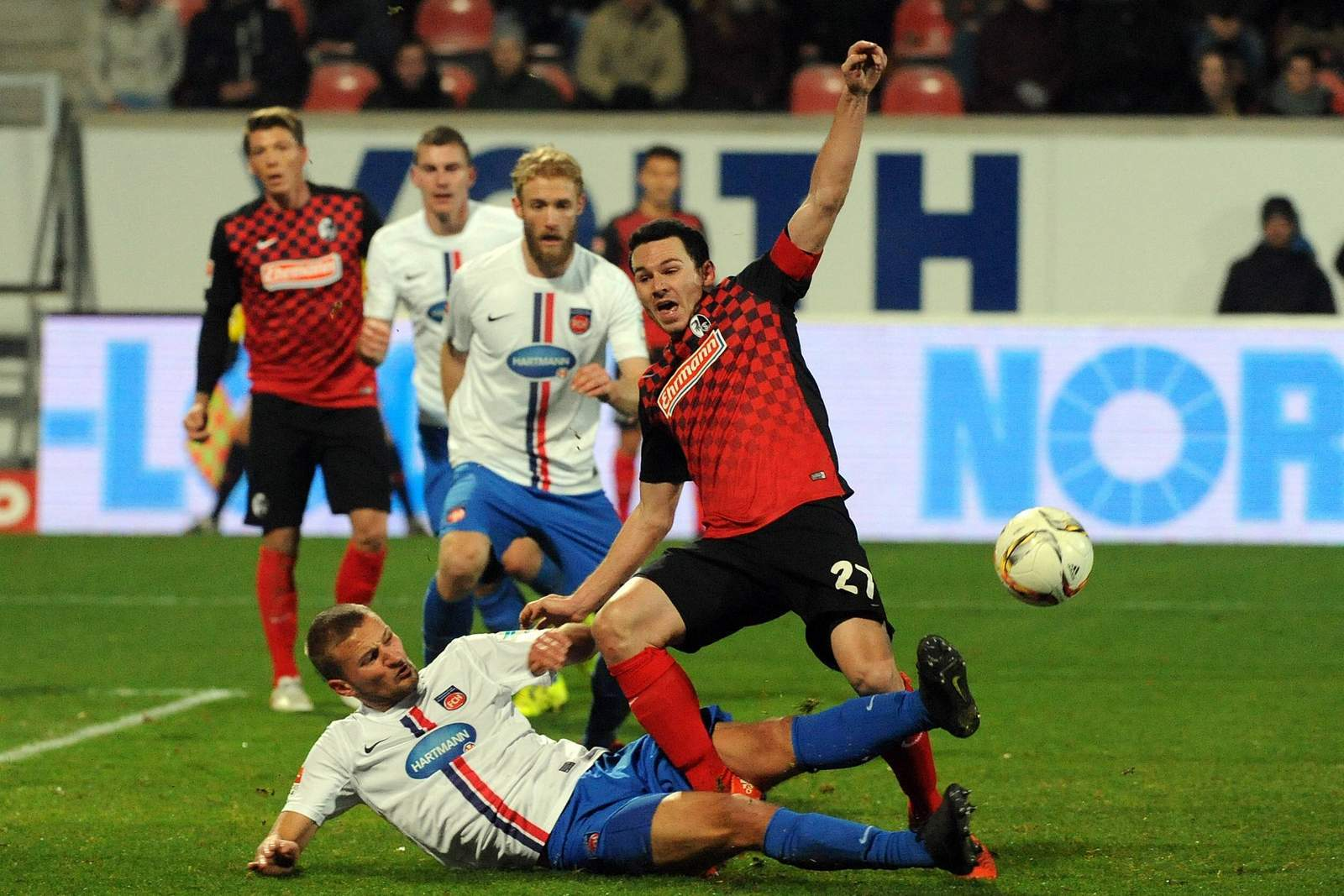 Nicolas Höfler im Zweikampf mit Timo Beermann
