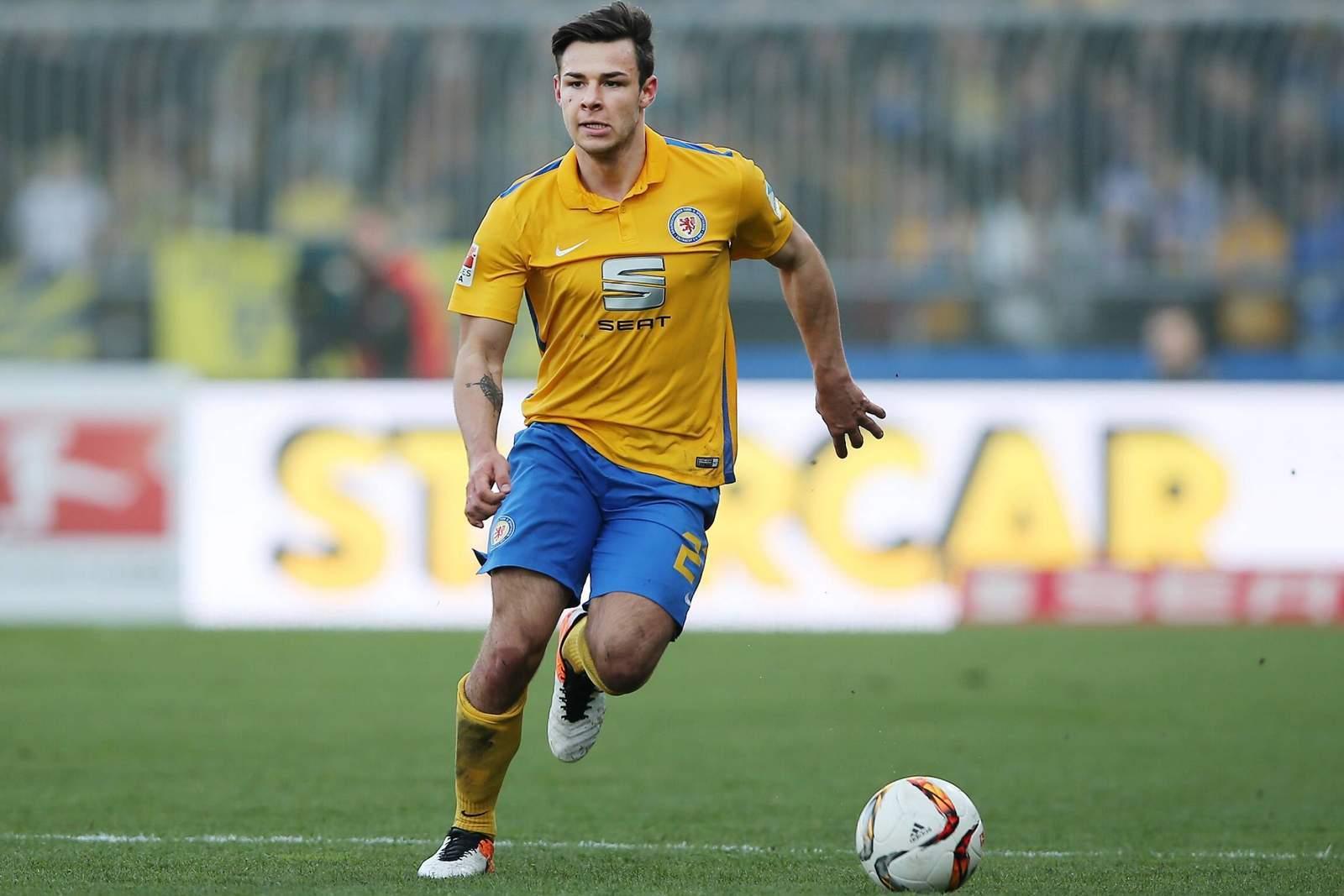 Niko Kijewski ist für Eintracht Braunschweig am Ball.