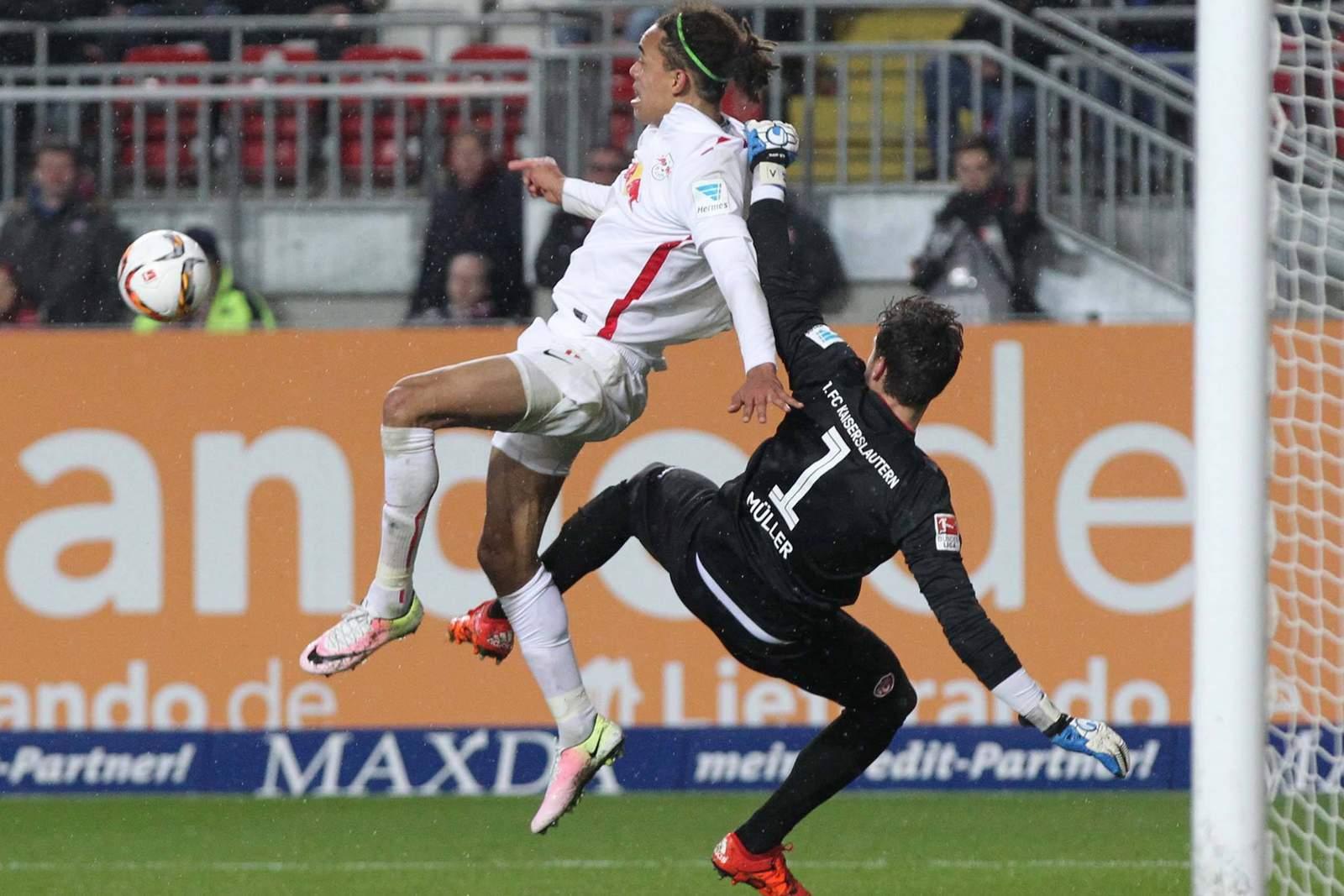 Poulsen im Zweikampf mit Müller