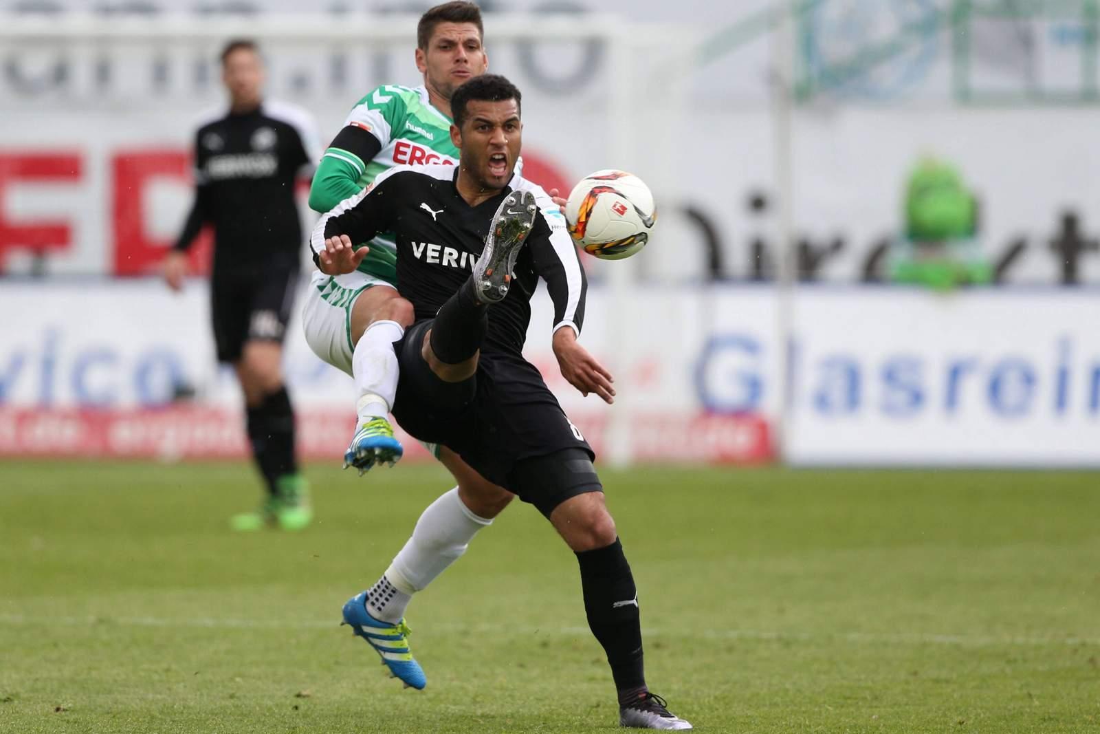 Andrew Wooten vom SV Sandhausen schirmt den Ball ab.