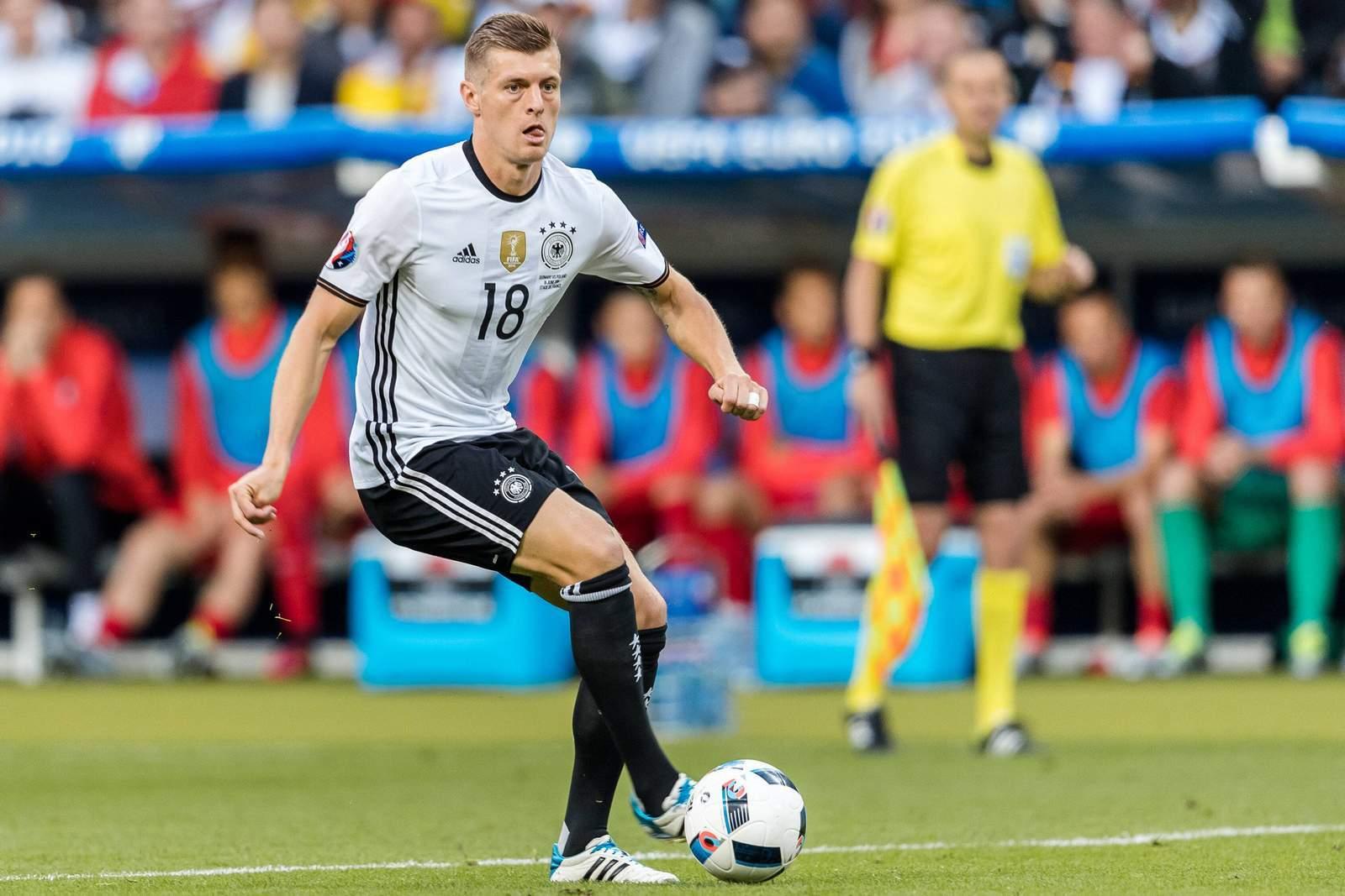 Toni Kroos im Dribbling. Unser Tipp: Deutschland gewinnt gegen Frankreich.