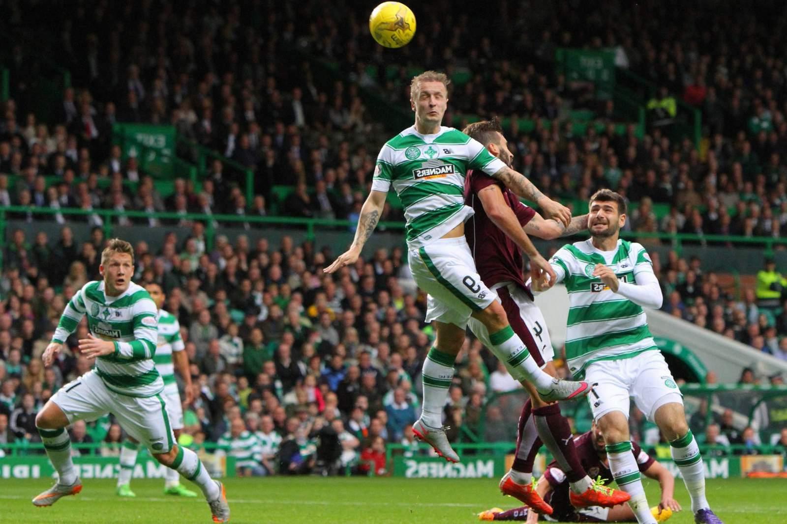 Leigh Griffiths von Celtic Glasgow im Kopfballduell.