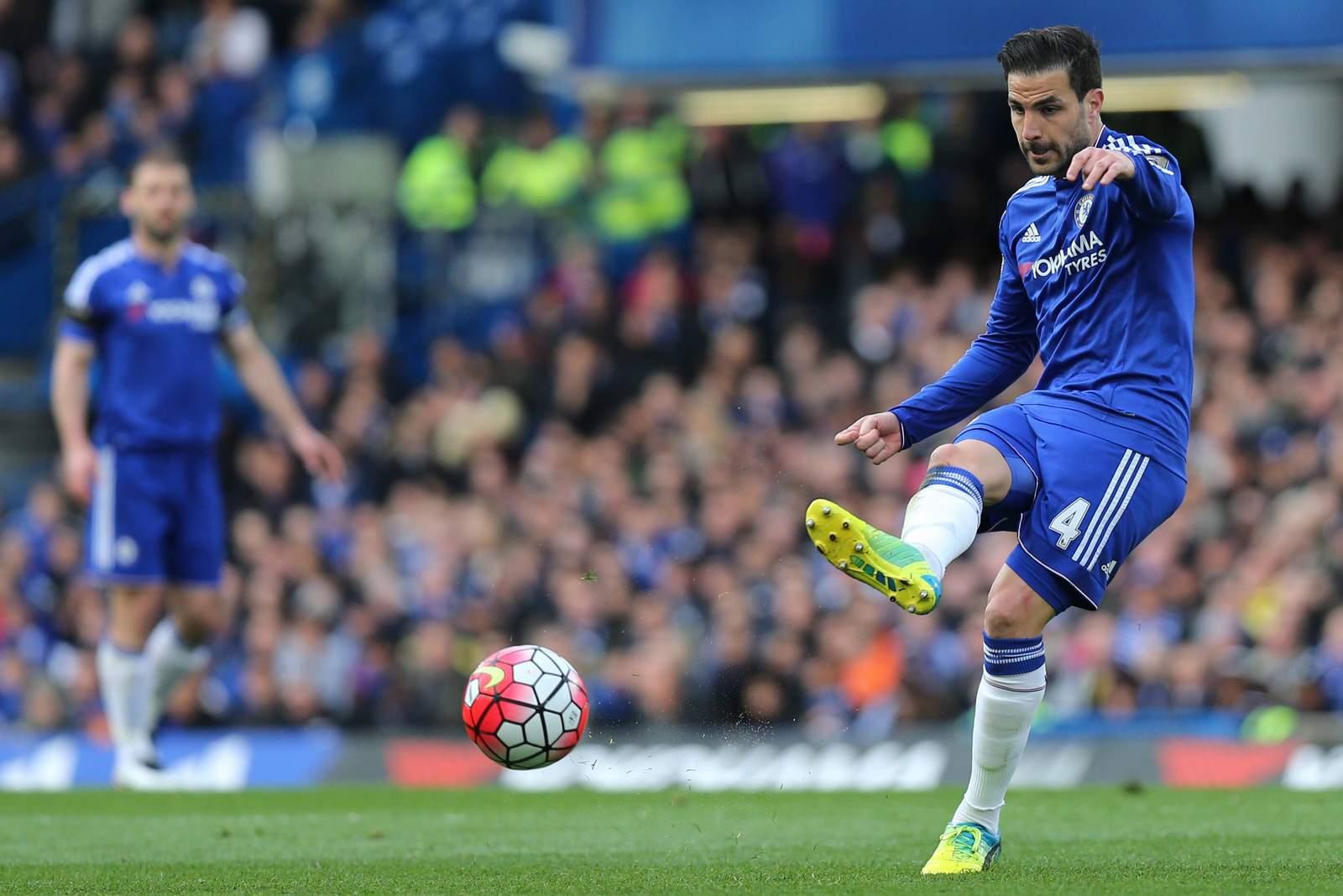 Cesc Fabregas ist für Chelsea London am Ball.