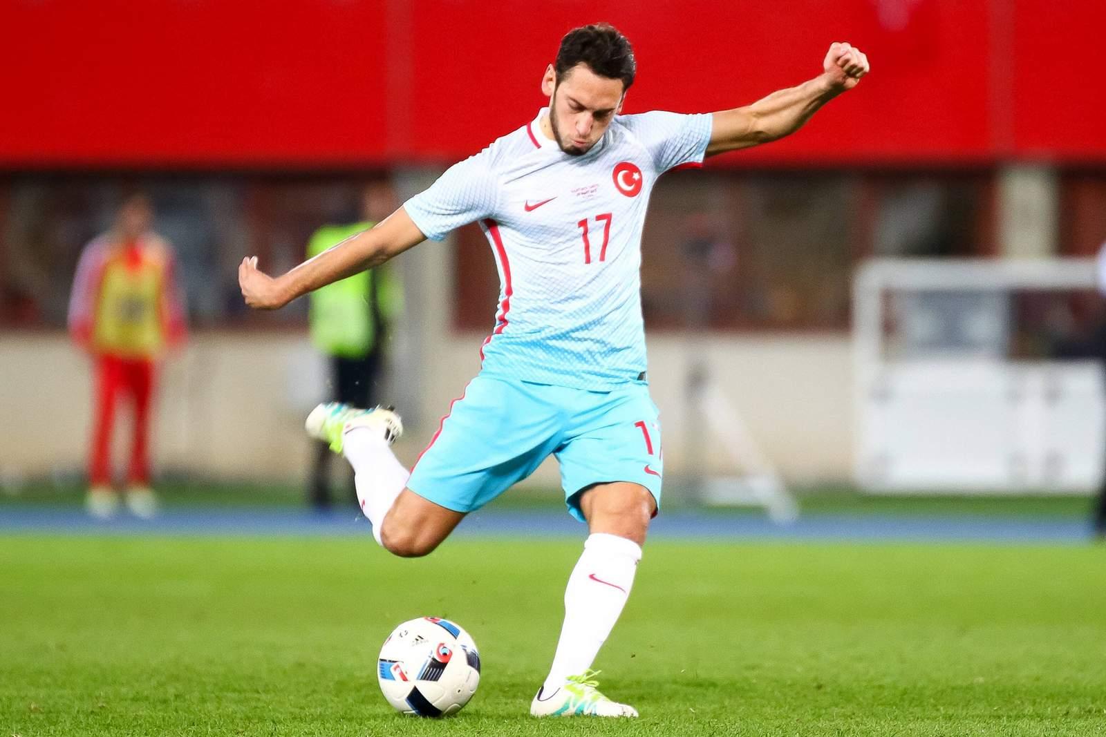 Hakan Calhanoglu am Ball für die türkische Nationalmannschaft. Jetzt auf die Partie Türkei gegen Albanien wetten