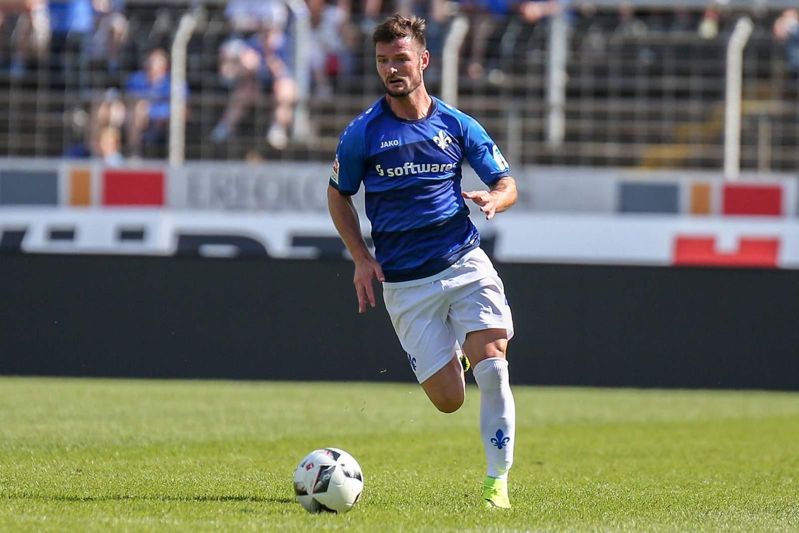 Darmstadts Marcel Heller am Ball.