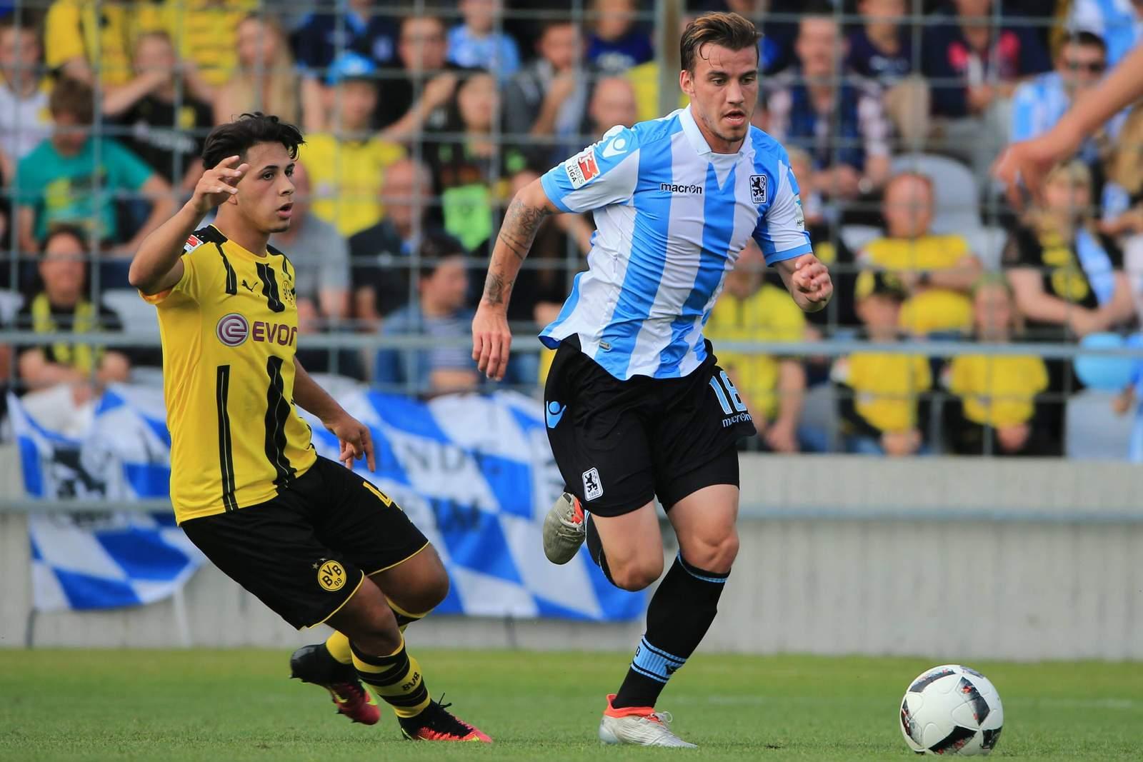 Nico Karger setzt sich im Testspiel gegen einen Dortmunder durch.