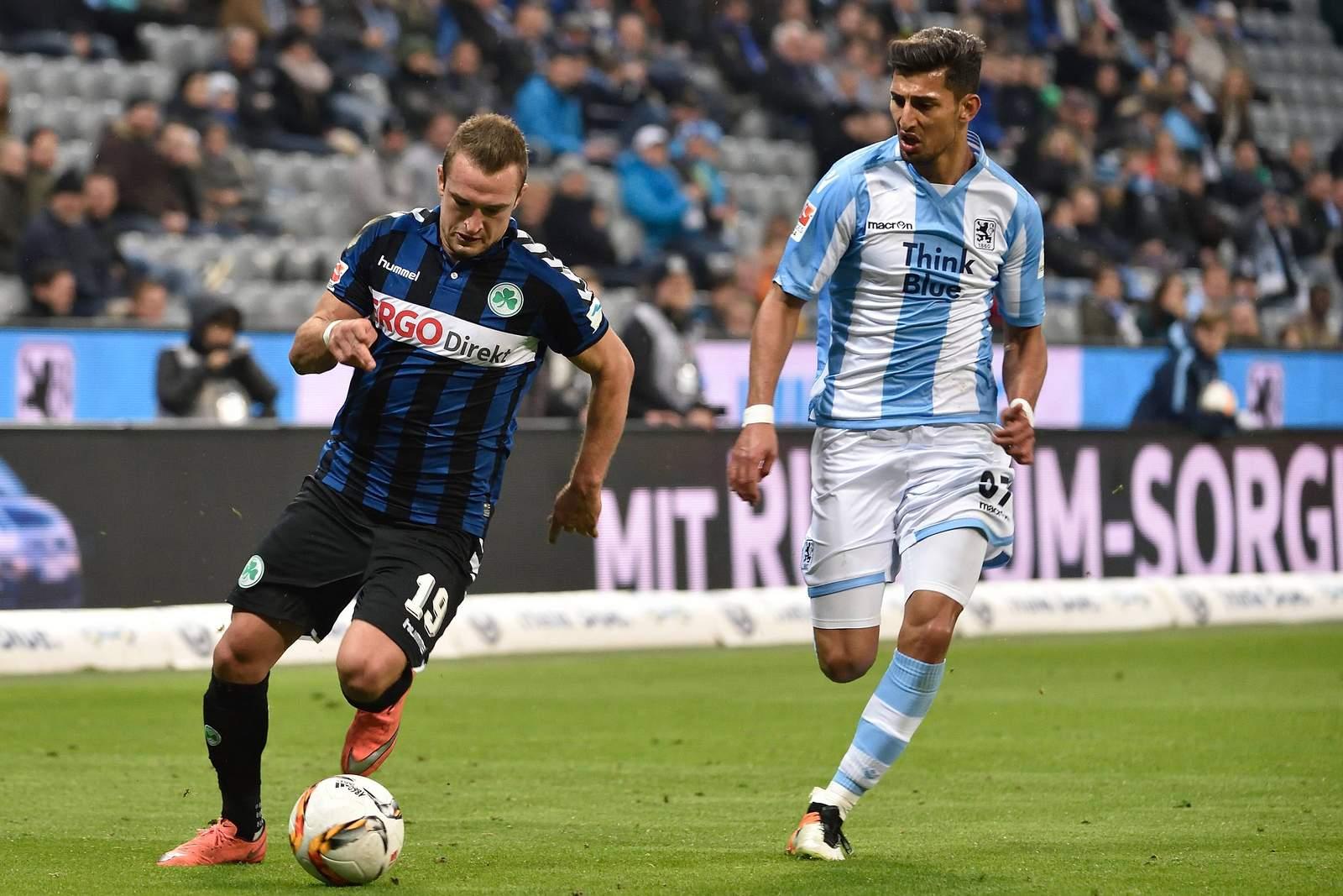 Sertan Yegenoglu im Laufduell mit Veton Berisha von Greuther Fürth.