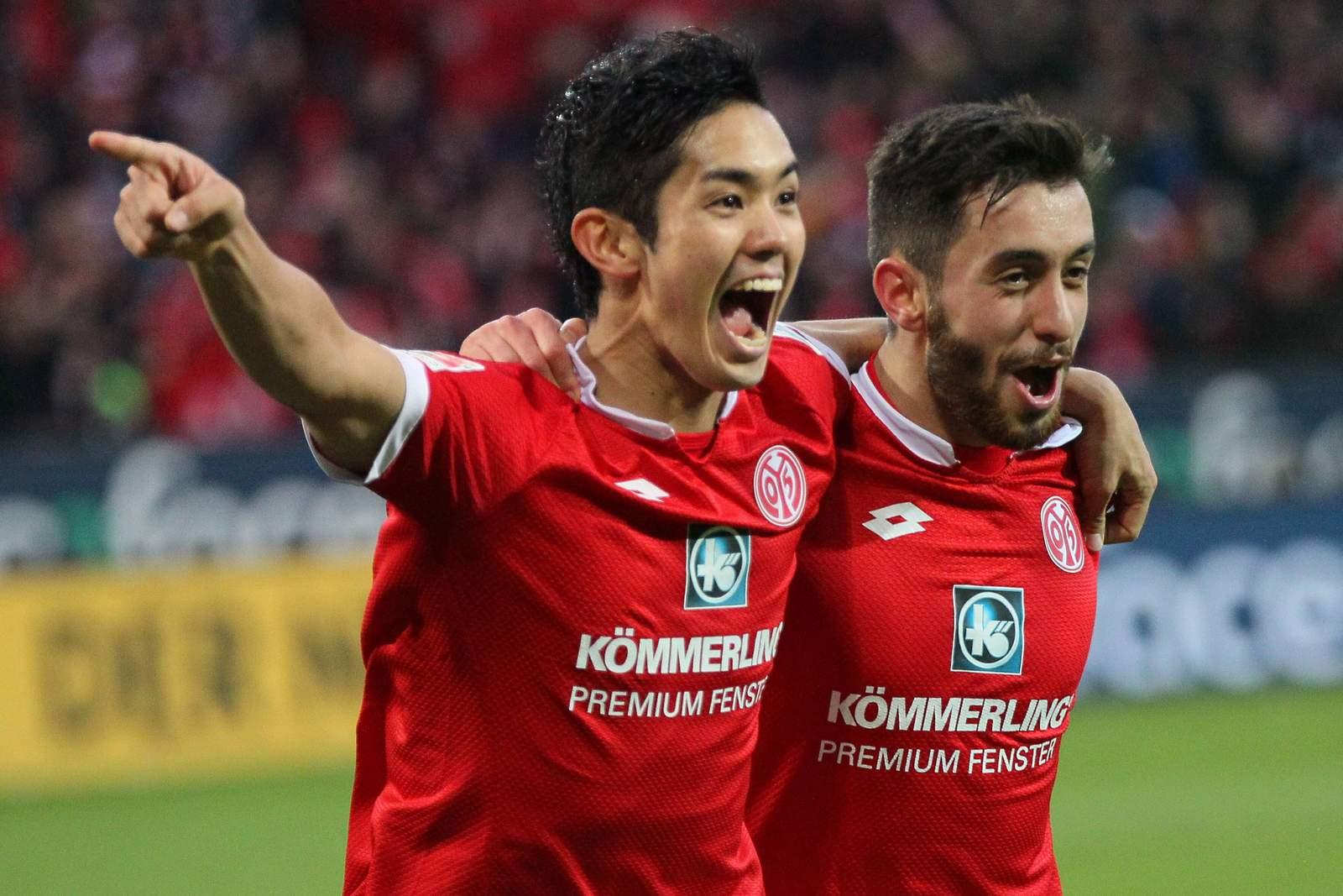 Yoshinori Muto und Yunus Malli beim Torjubel. Jetzt auf Werder Bremen gegen Mainz wetten!