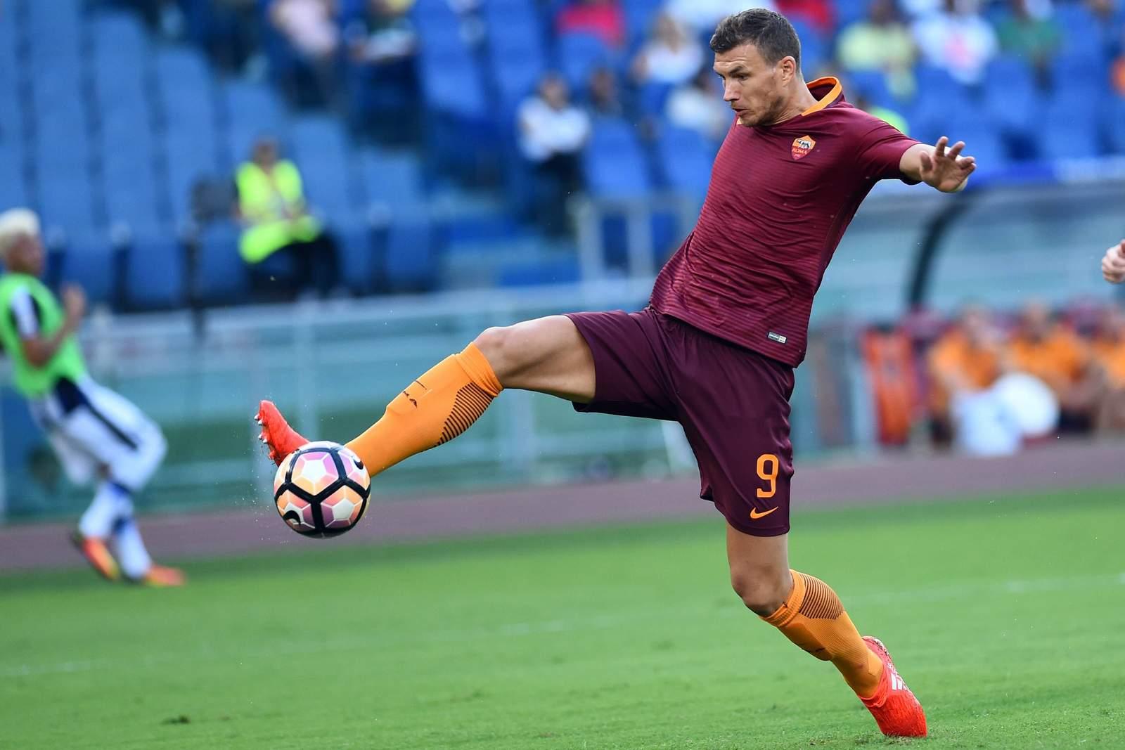 Edin Dzeko will den Ball über die Linie drücken. Jetzt auf Austria Wien gegen AS Roma wetten!