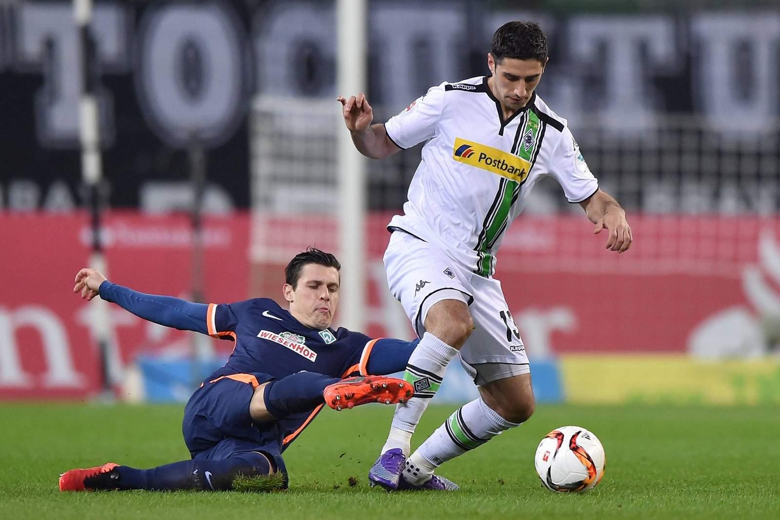 Zlatko Junuzovic im Duell mit Lars Stindl. Jetzt auf die Partie Gladbach gegen Werder Bremen wetten.