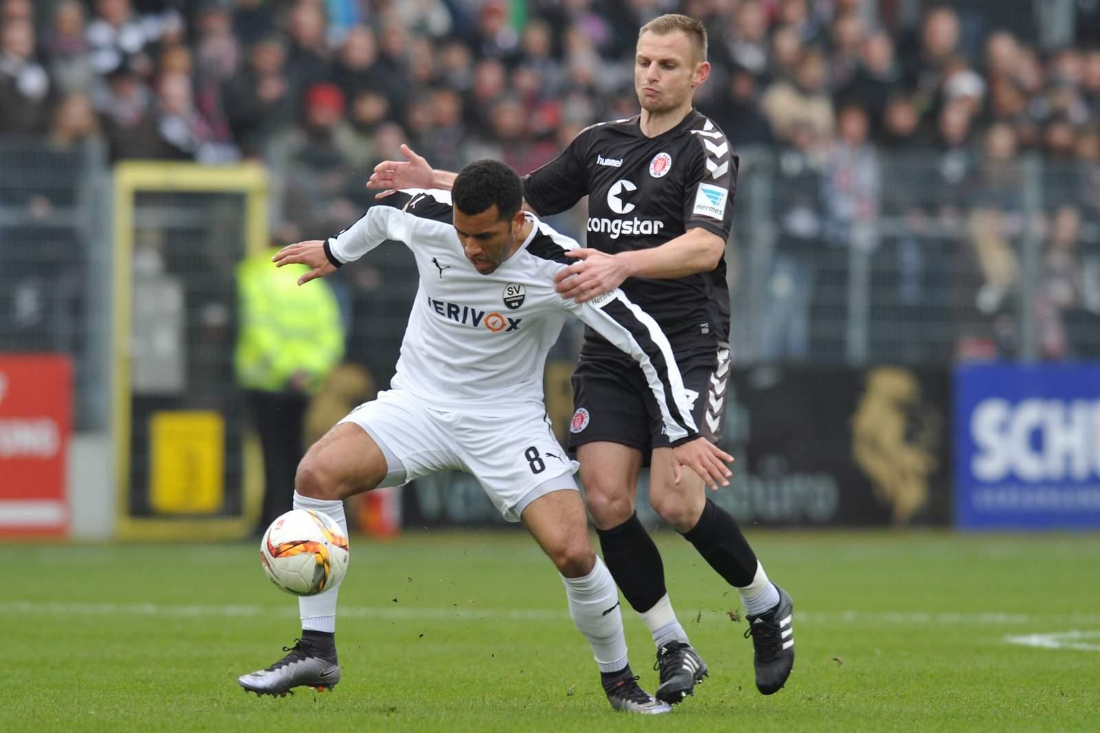 Zweikampf zwischen Andrew Wooten und Bernd Nehrig. Jetzt auf St. Pauli gegen Sandhausen wetten!