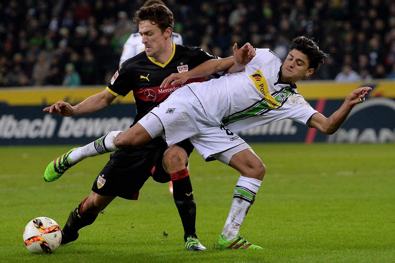 Christian Gentner im Zweikampf mit Mahmoud Dahoud. Jetzt auf Gladbach gegen Stuttgart wetten!