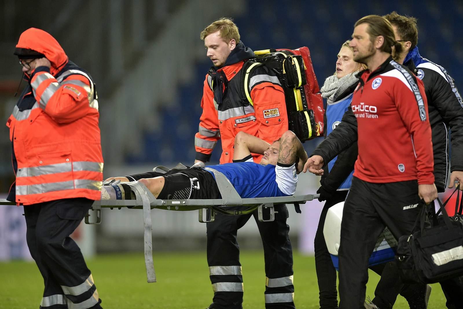 Christoph Hemlein wird verletzt vom Platz getragen