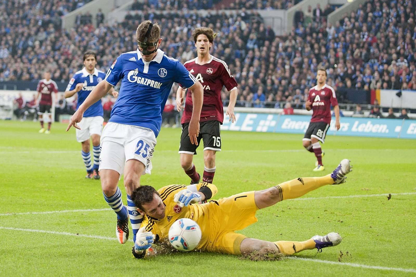 Raphael Schäfer schnappt sich den Ball. Jetzt auf Nürnberg gegen Schalke wetten!
