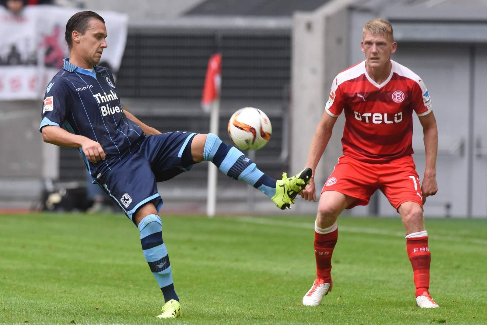 Michael Liendl spielt den Ball, Axel Bellinghausen schaut zu.