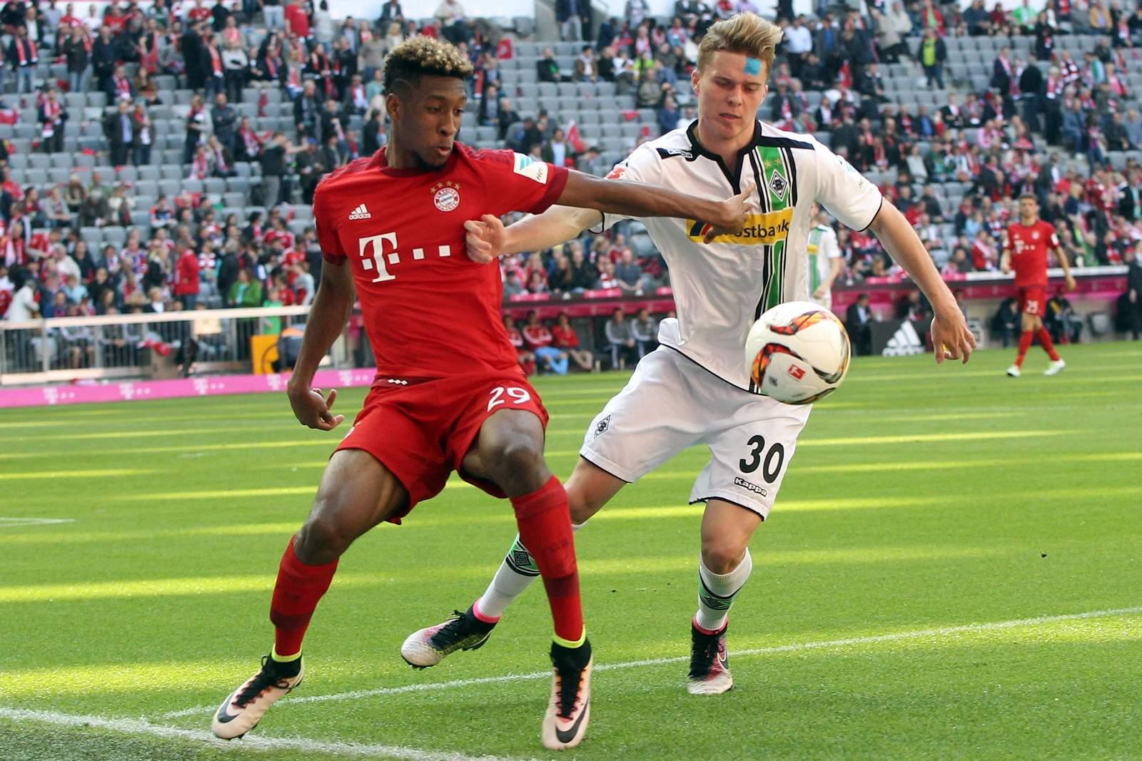 Zweikampf zwischen Kingsley Coman und Nico Elvedi. Jetzt auf Gladbach gegen Bayern wetten!