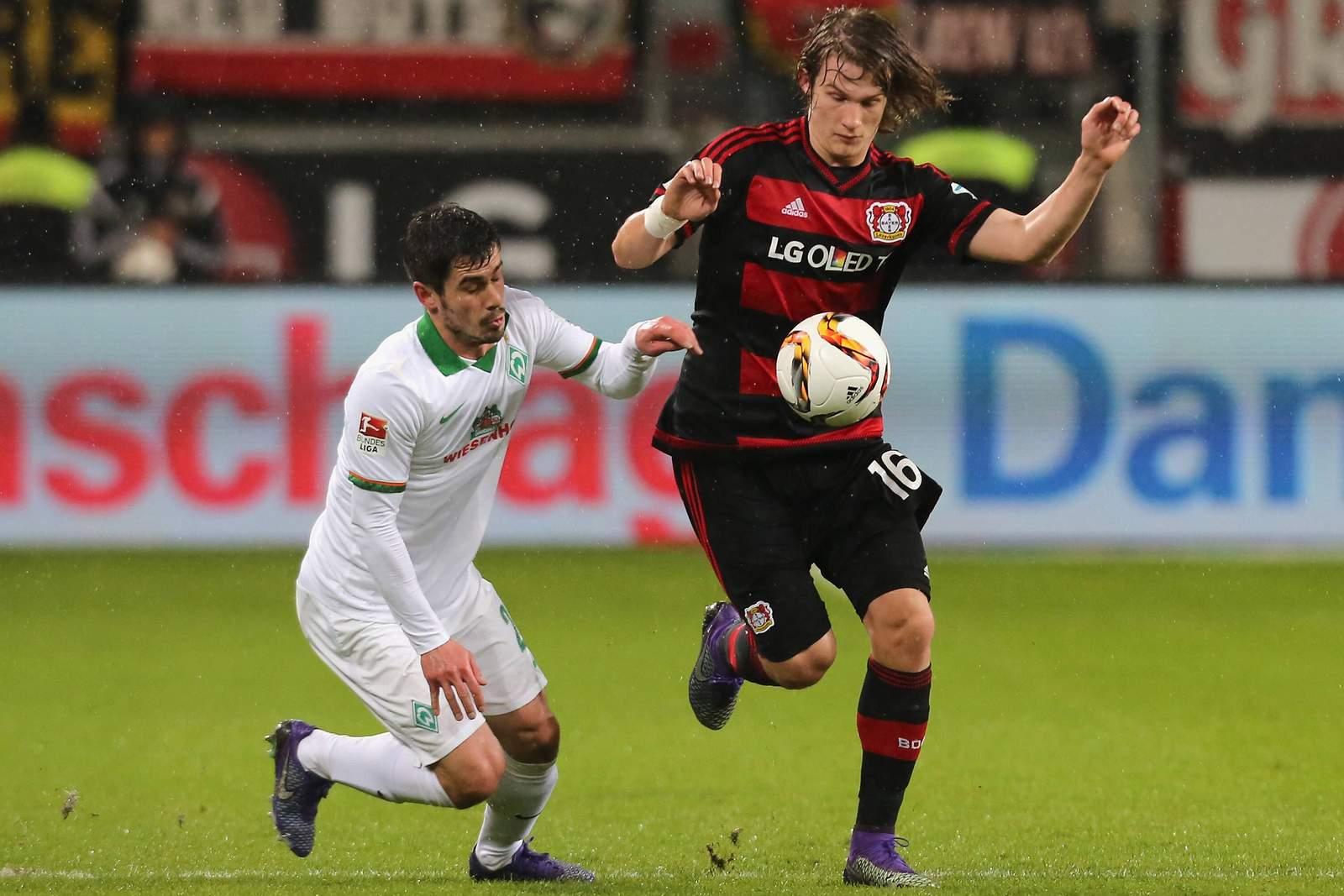 Tin Jedvaj ist vor Fin Bartels am Ball. Jetzt auf Werder Bremen gegen Leverkusen wetten!