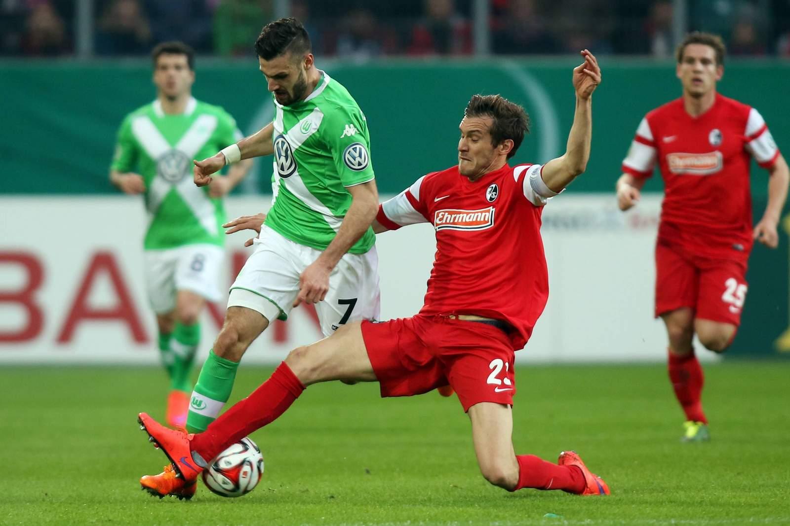 Daniel Caligiuri im Duell mit Julian Schuster. Jetzt auf die Partie Freiburg gegen Wolfsburg wetten