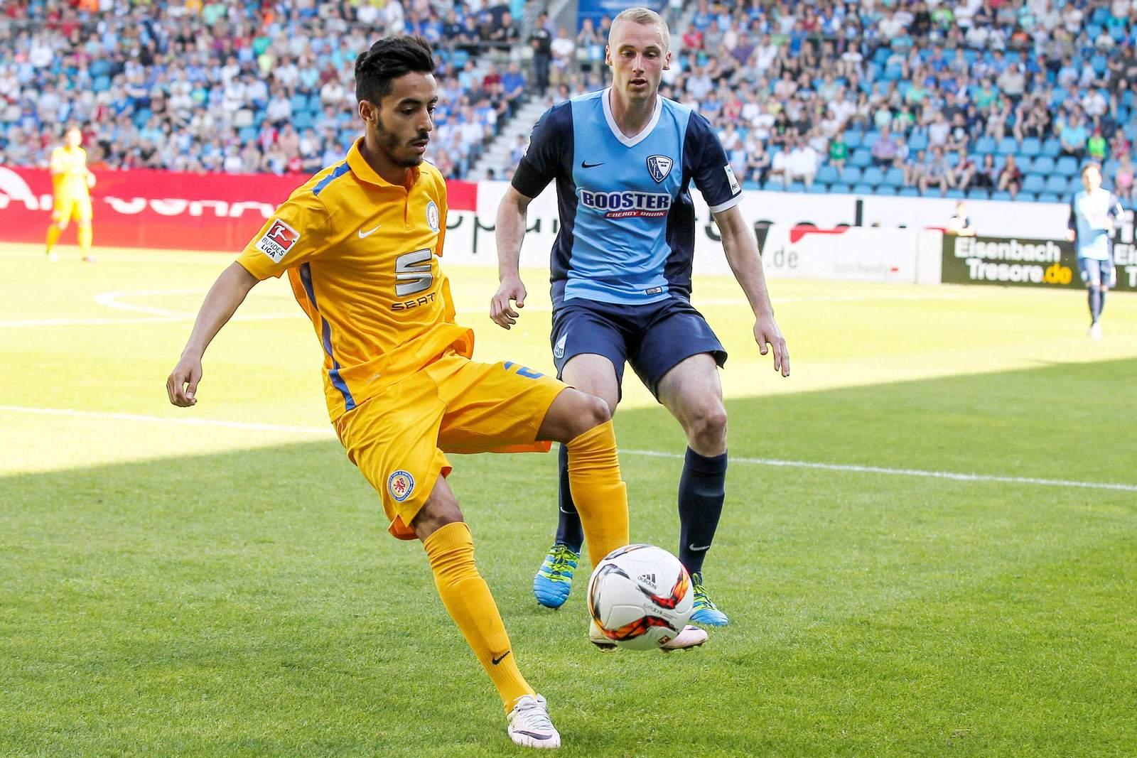 Salim Khelifi nimmt den Ball an, Felix Bastians schaut zu.
