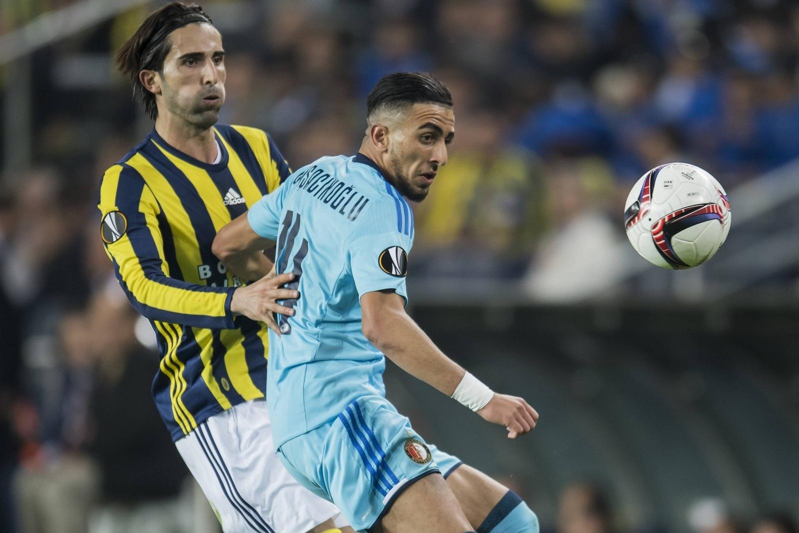 Mehmet Topal im Zweikampf mit Bilal Basacikoglu. Jetzt auf Feyenoord gegen Fenerbahce wetten!