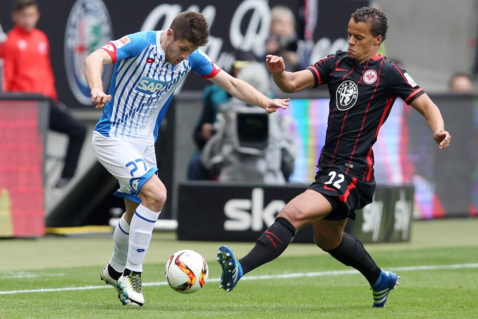 Timothy Chandler grätscht gegen Andrej Kramaric. Jetzt auf Frankfurt gegen Hoffenheim wetten!