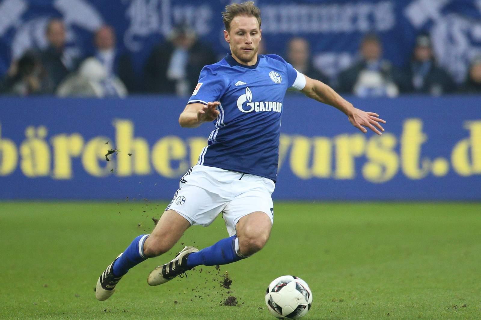 Benedikt Höwedes grätscht. Jetzt auf PAOK Saloniki gegen Schalke wetten!