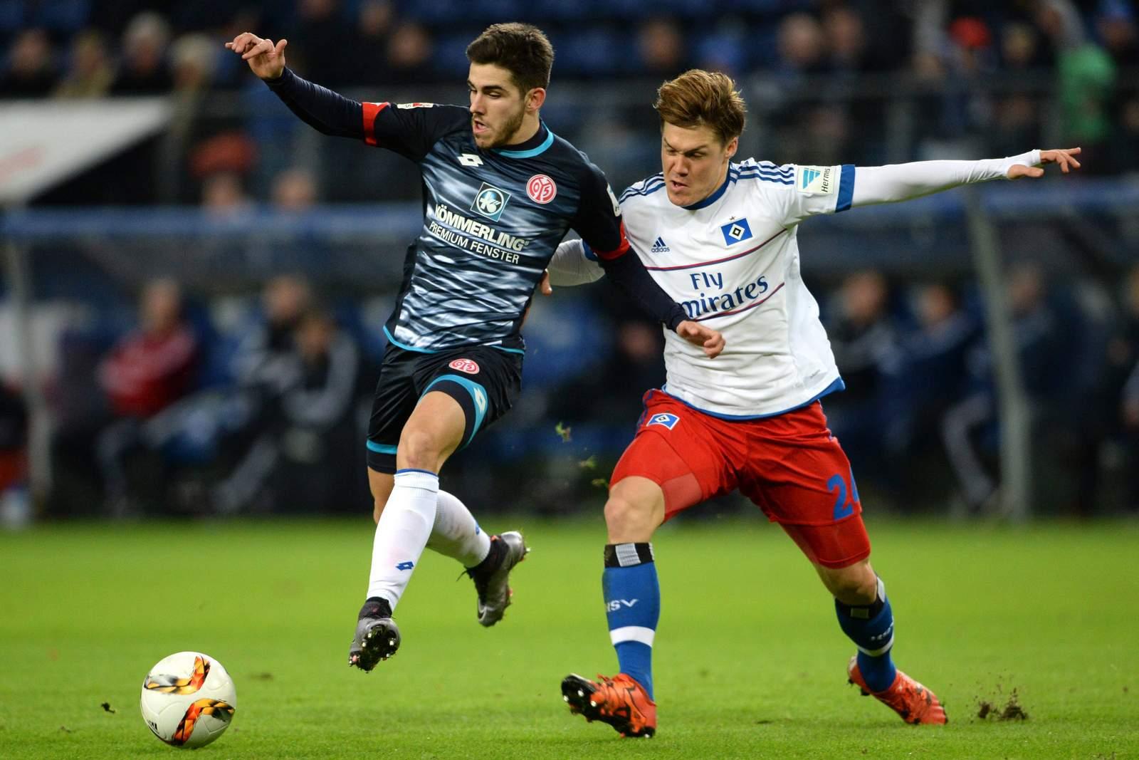 Jairo Samperio im Zweikampf mit Gotoku Sakai. Jetzt auf Mainz gegen HSV wetten!
