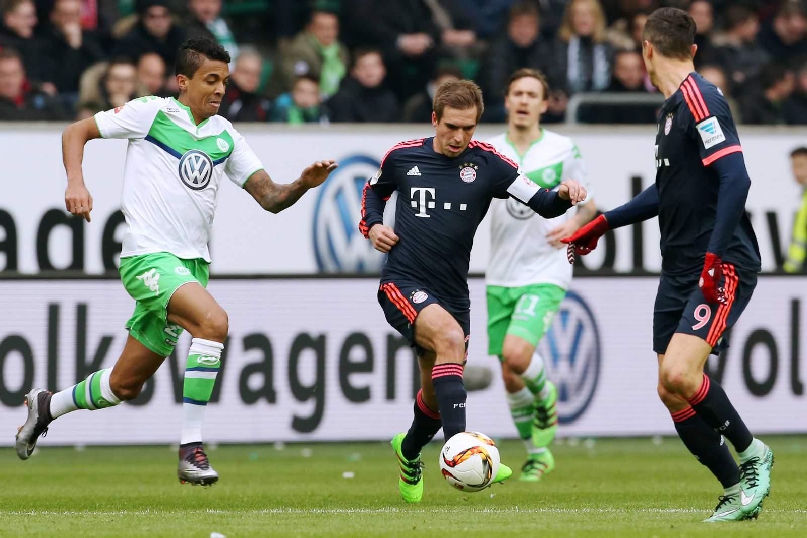 Luiz Gustavo im Laufduell mit Philipp Lahm. Jetzt auf FC Bayern gegen Wolfsburg wetten!