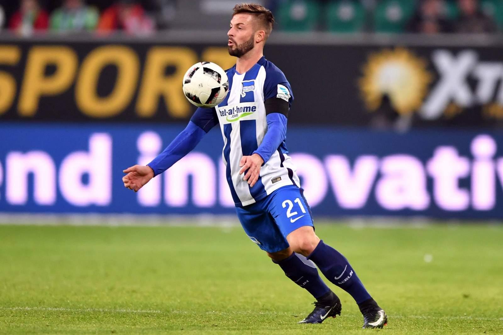 Marvin Plattenhardt nimmt den Ball mit der Brust an. Jetzt auf Leipzig gegen Hertha BSC wetten!