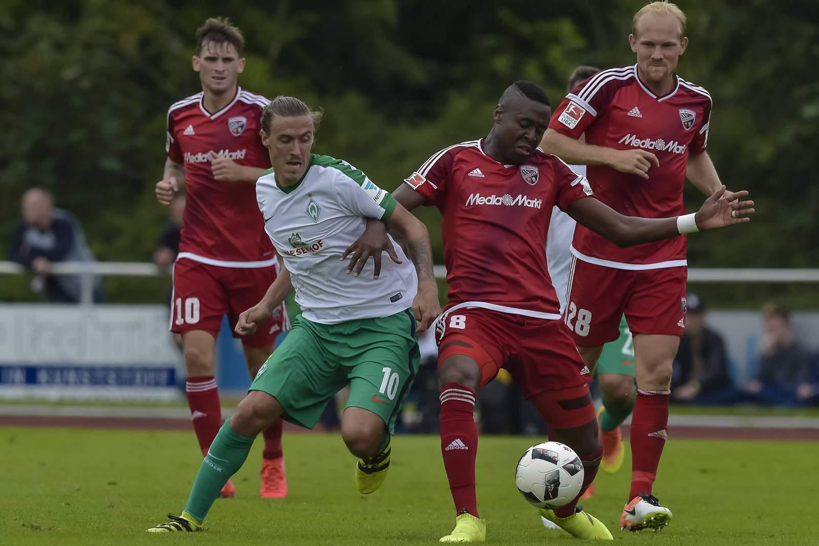 Max Kruse umringt von drei Ingolstädter. Jetzt auf Werder Bremen gegen Ingolstadt wetten!