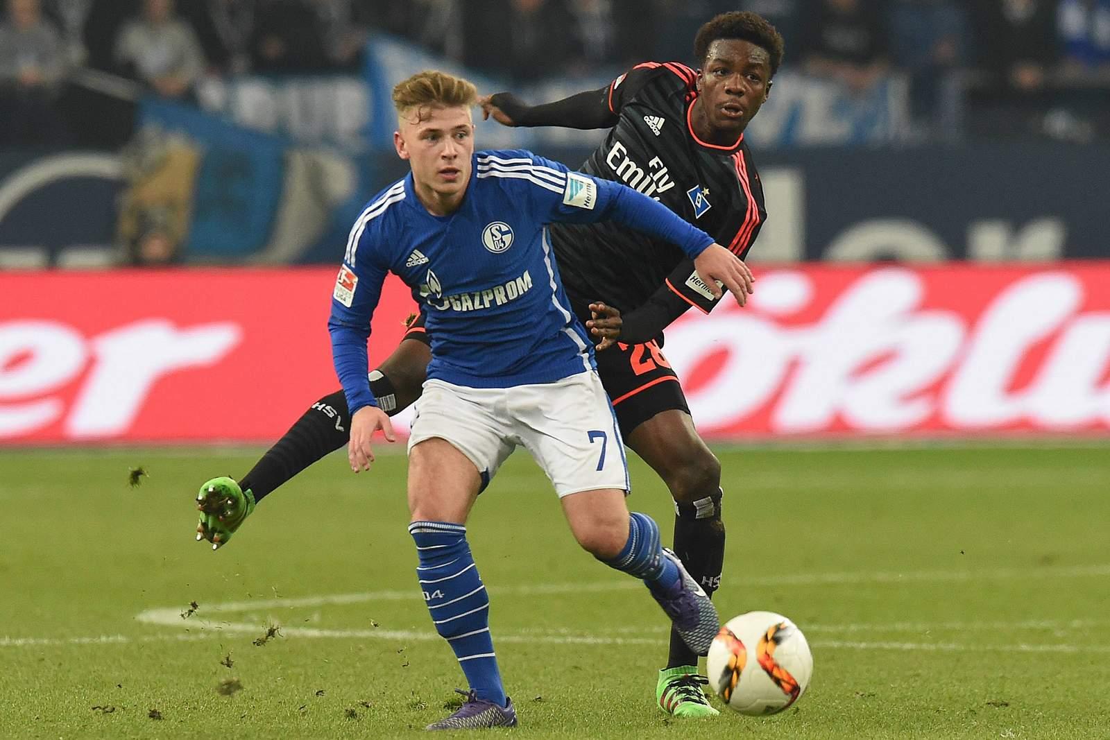 Max Meyer im Duell mit Gideon Jung. Jetzt auf die Partie Schalke gegen HSV wetten.