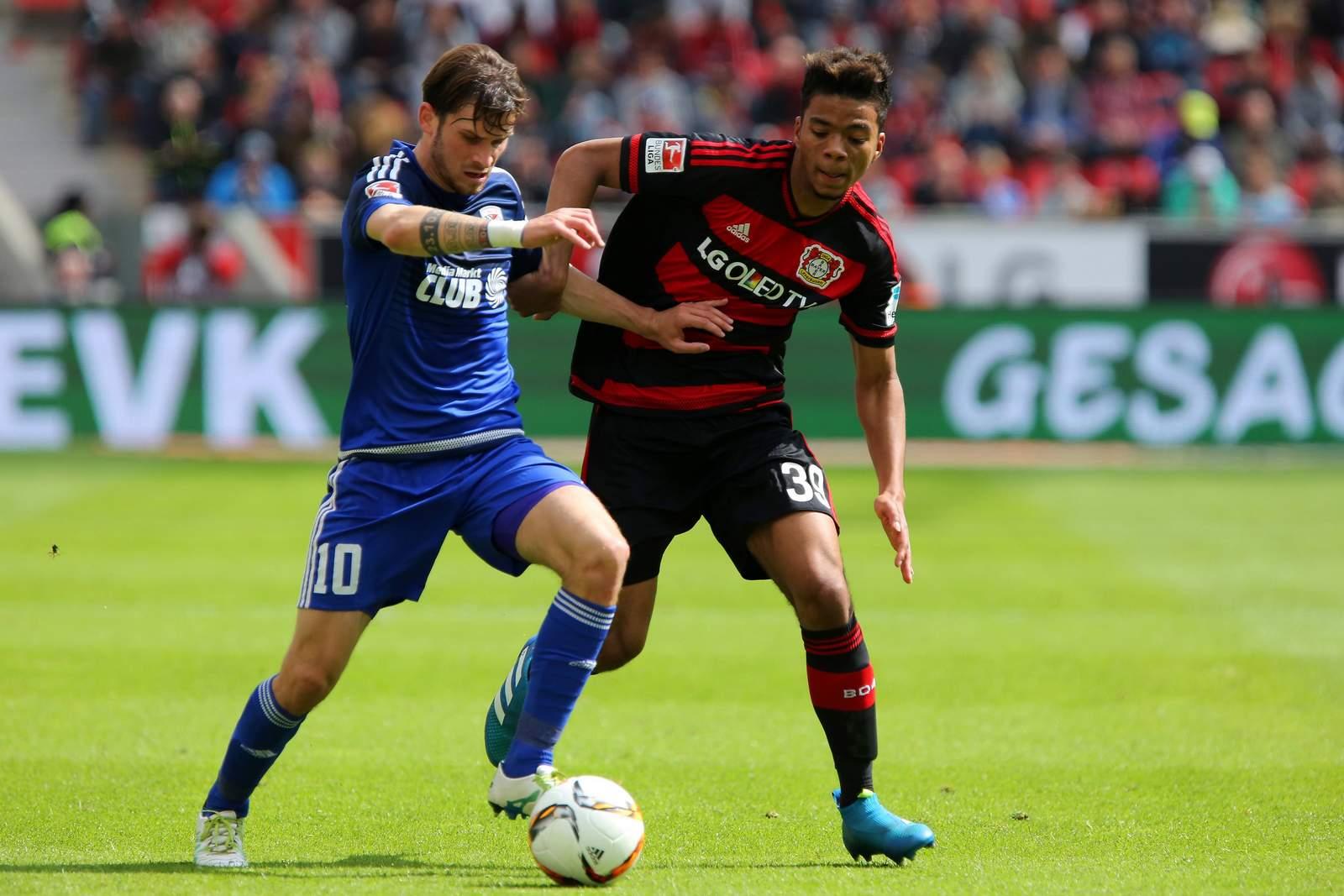 Pascal Groß wird von Benjamin Henrichs bedrängt. Jetzt auf Leverkusen gegen Ingolstadt wetten!