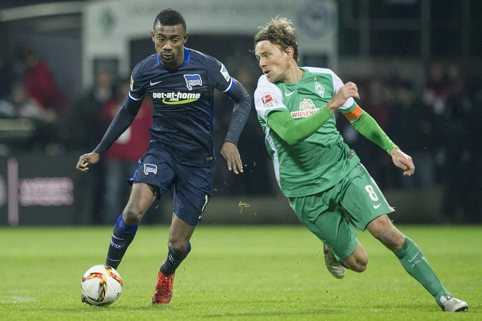 Salomon Kalou im Duell mit Clemens Fritz. Jetzt auf Hertha BSC gegen Werder Bremen wetten!