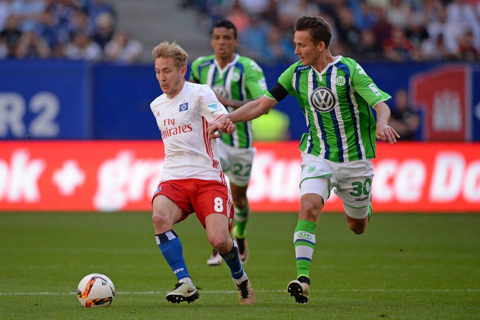 Lewis Holtby (HSV) und Paul Seguin (VfL Wolfsburg) im Duell. Jetzt auf HSV gegen Wolfsburg wetten!