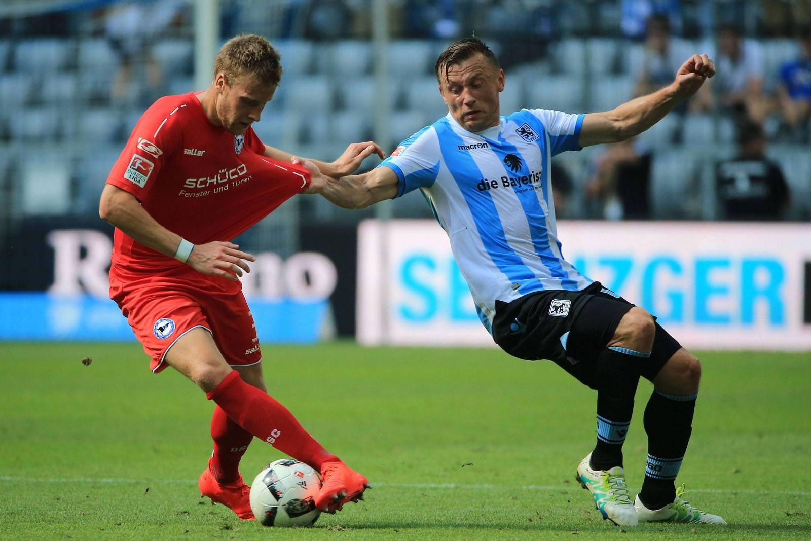 Brian Behrendt im Zweikampf mit Ivica Olic. Jetzt auf Bielefeld gegen 1860 München wetten!