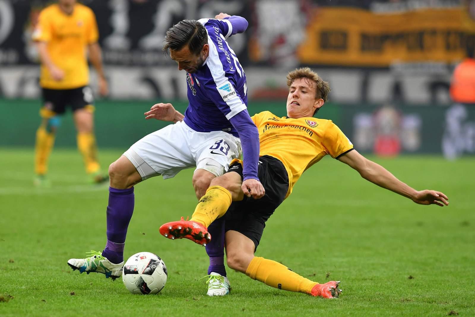Niklas Hauptmann grätscht gegen Christian Tiffert. Jetzt auf Dynamo Dresden gegen Erzgebirge Aue wetten!
