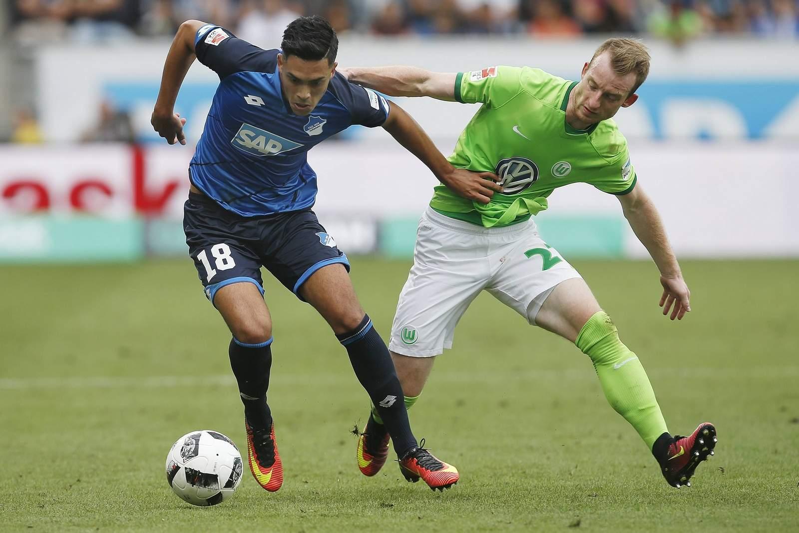 Nadiem Amiri im Zweikampf mit Maxi Arnold. Jetzt auf Wolfsburg gegen Hoffenheim wetten!