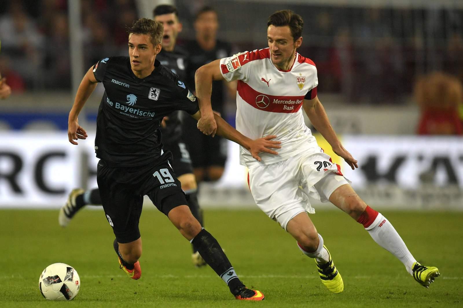 Christian Gentner verfolgt Florian Neuhaus. Jetzt auf 1860 München gegen VfB Stuttgart wetten!